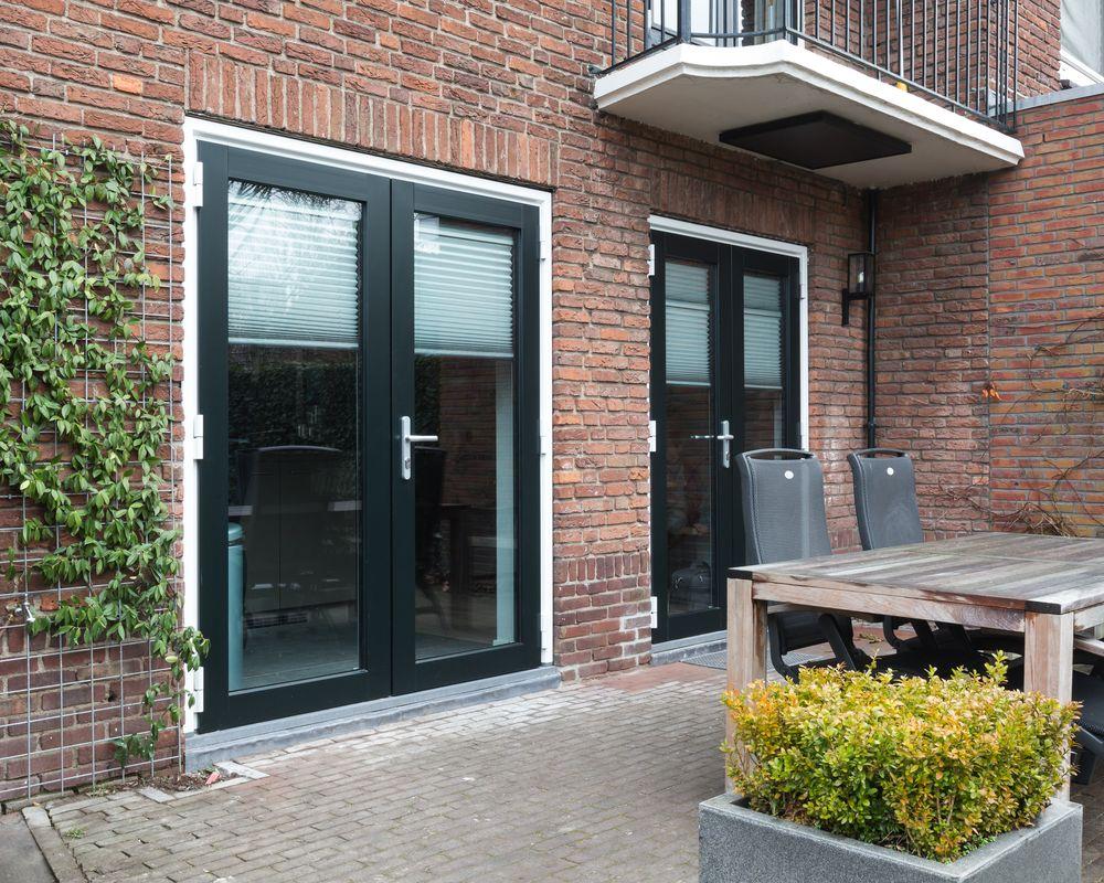 Openslaande deuren met binnenzonwering - Van der Vlugt Velserbroek - Kozijnen en Zonwering