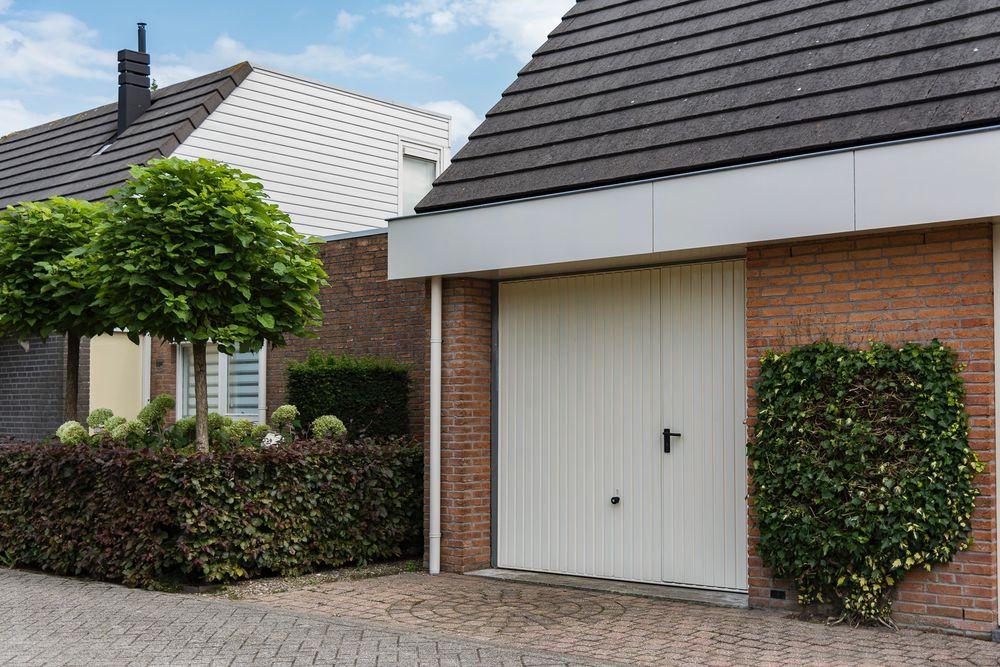 Hörmann garagedeuren wit - Van der Vlugt Velserbroek - Kozijnen en Zonwering
