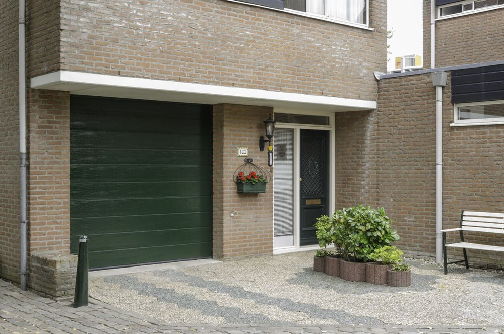 Hörmann garagedeuren donkergroen - Van der Vlugt Velserbroek - Kozijnen en Zonwering